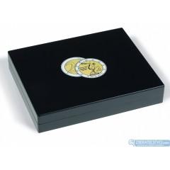 Drevená kazeta VOLTERRA TRIO de LUXE na 105 ks pamätných 2 EURO mincí